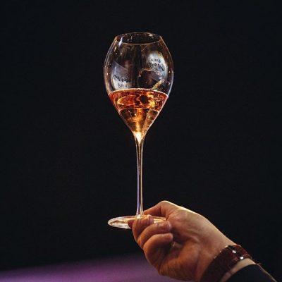 Mielettömät kolme päivää samppanjataikaa takana: hersyvää puheensorinaa, kilistelyä, poksahtelua, naurua. Viimeinen lasillinen. Kiitos ystävät.
